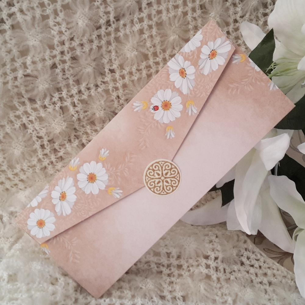 Invitation with a delightful daisy print